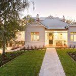 Білий фасад приватного будинку – особливості обробки