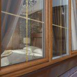 Коричневі пластикові вікна в інтер'єрі