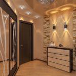 Як оформити стіни в коридорі практично і красиво?