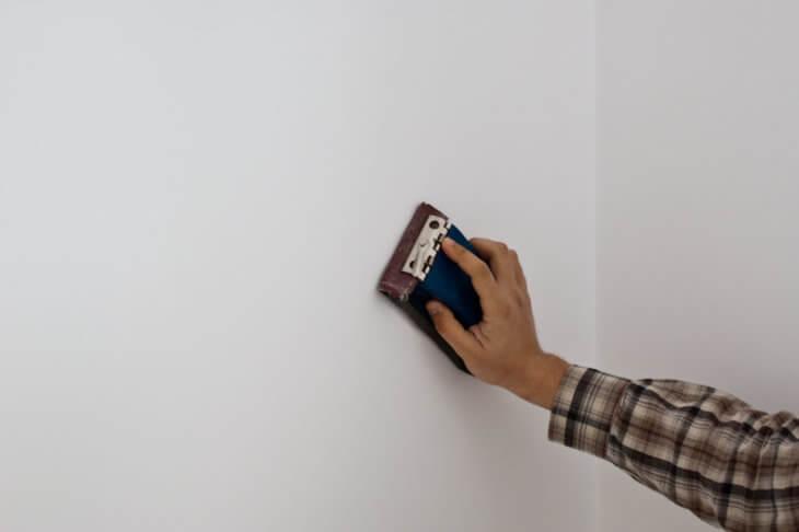 Чем шкурить стены после шпаклевки?