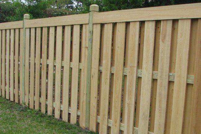 Декоративный деревянный забор на дачном участке