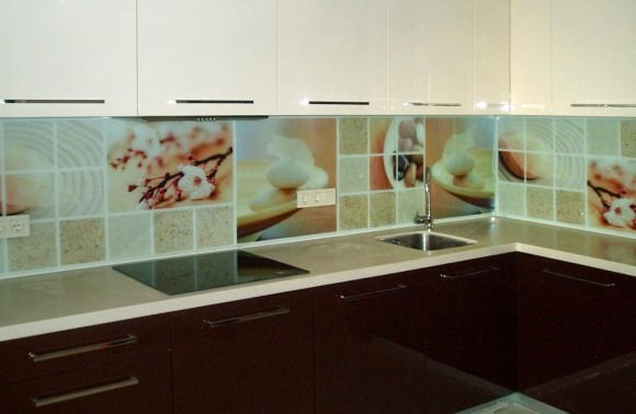 Фартук на кухню из стекла: фото — идеи