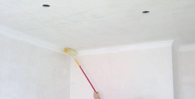 Грунтуем потолок под покраску правильно