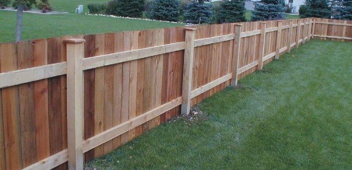 Как и из чего можно дешево сделать забор на даче своими руками