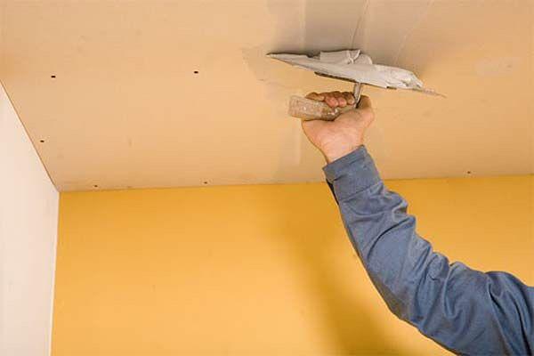 Как избавиться от щелей на потолке?