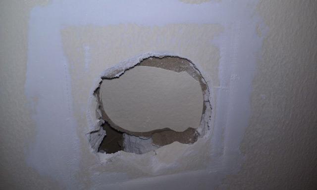 Как надежно замазать дыры в стенах