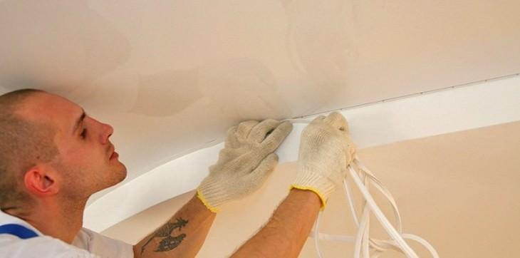 Как наклеить плинтуса на натяжной потолок самостоятельно