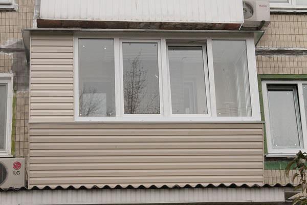 Как остеклить балкон в хрущевках