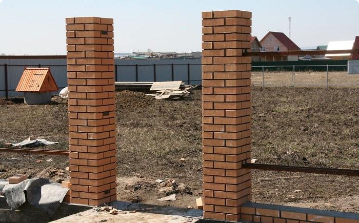 Как построить забор с кирпичными столбами