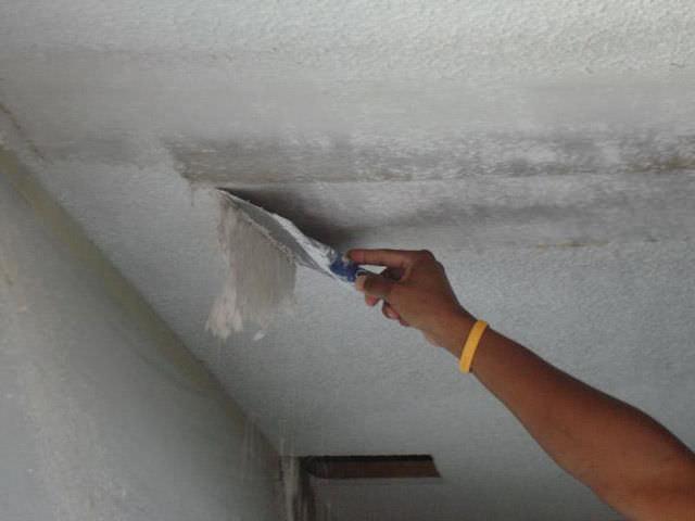 Как просто и быстро убрать потолочную плитку: полезные советы и рекомендации