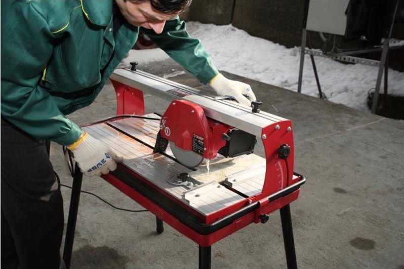 Как работать с ручным плиткорезом
