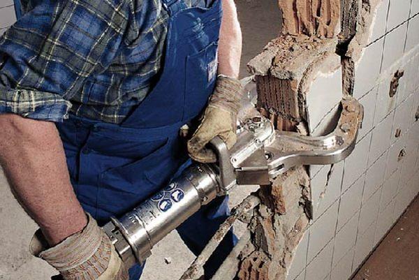 Как рассчитать стоимость демонтажа стены в квартире, учитывая дополнительные услуги