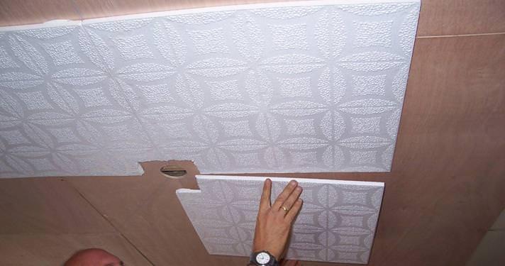 Как самостоятельно поклеить потолочную плитку?