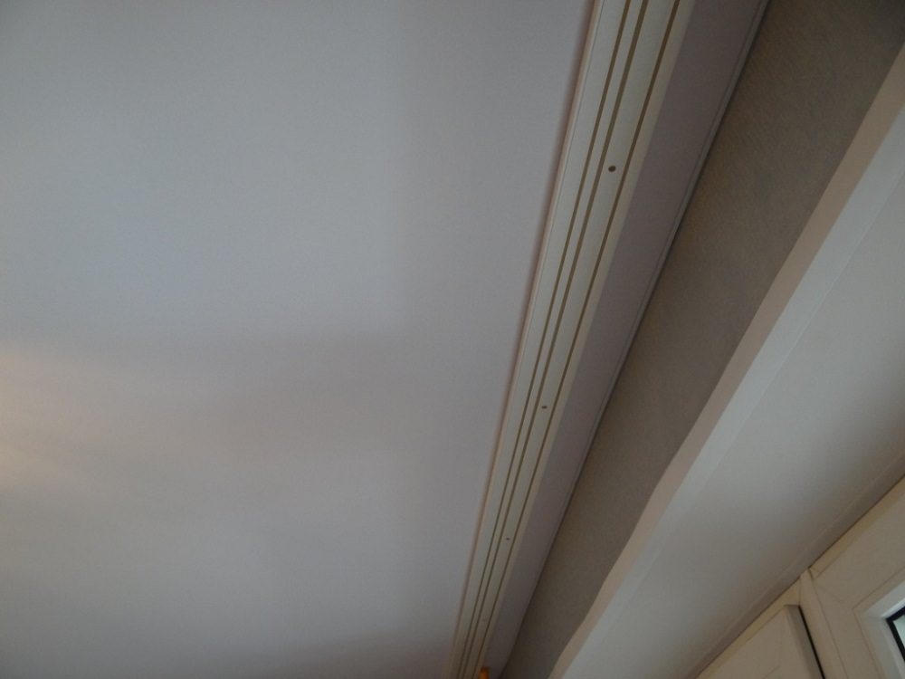 Как самостоятельно прикрепить карниз к потолку