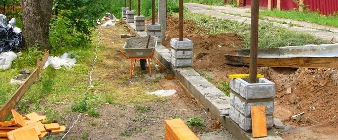 Как сделать фундамент под забор из бетонных блоков