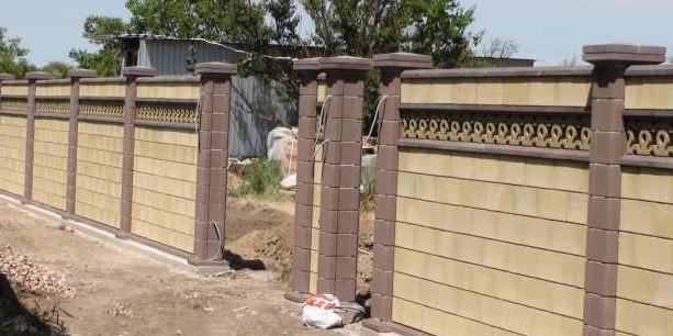 Как сделать красивый забор из камня у себя на даче