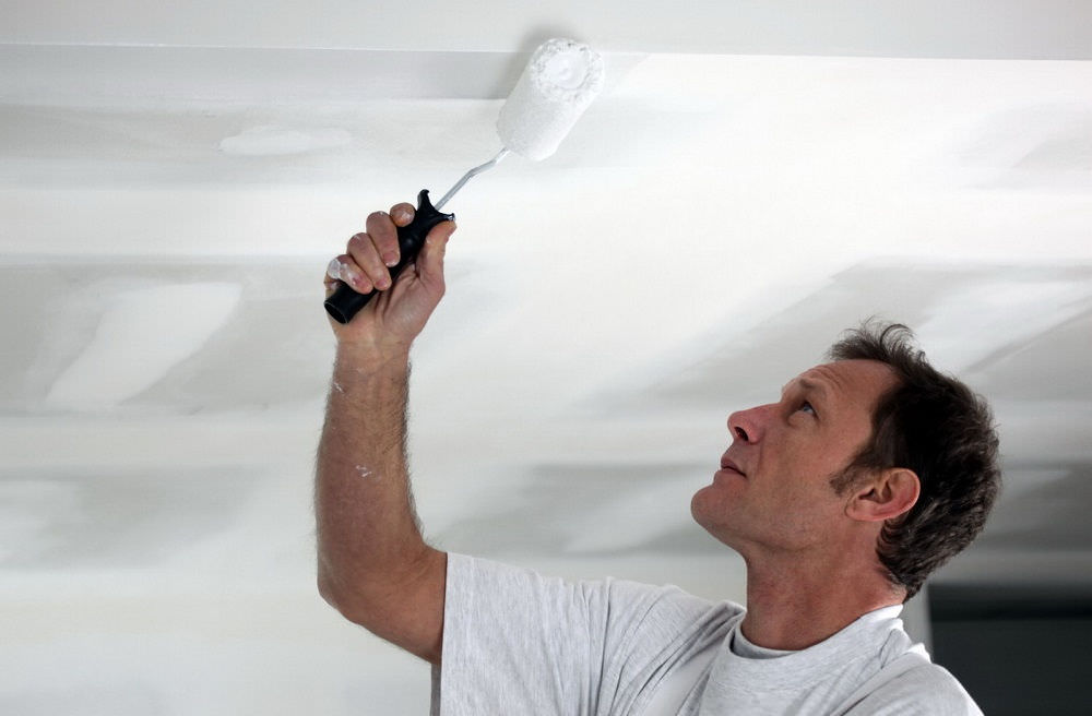 Как снять водоэмульсионку с потолка
