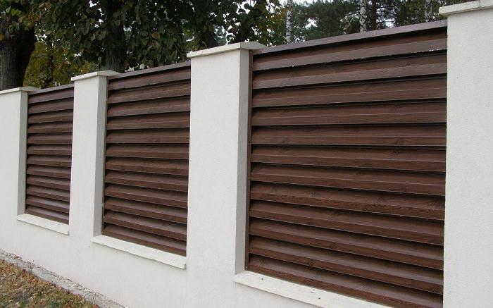 Как выбрать и смонтировать металлический забор-жалюзи