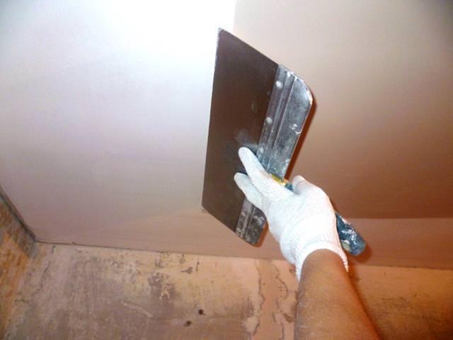 Как зашпаклевать потолок под покраску своими руками?
