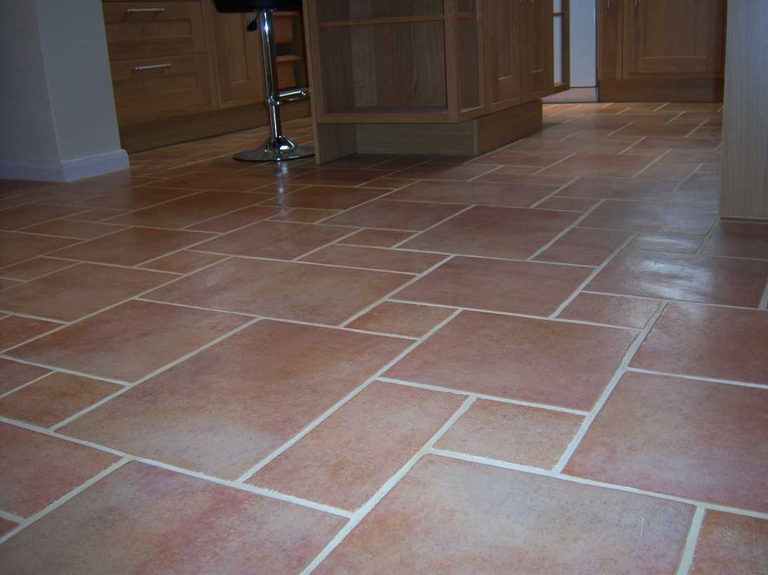 Какие варианты укладки плитки на пол можно использовать во время ремонта?