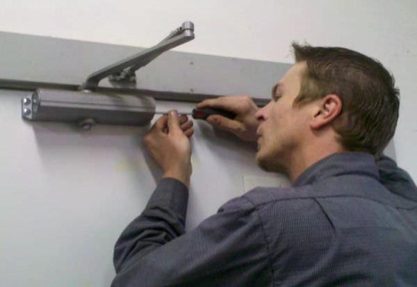 Какой ремонт доводчиков входных дверей можно выполнить самостоятельно?