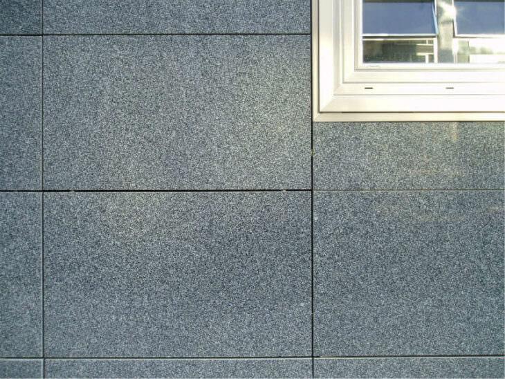 Кляммер для керамогранита при облицовке фасада и плитка в интерьере
