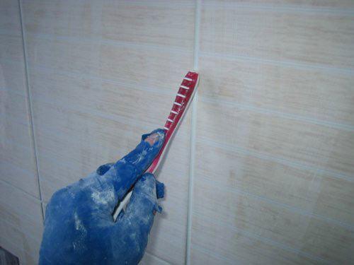 Нанесение затирки для швов между плиткой