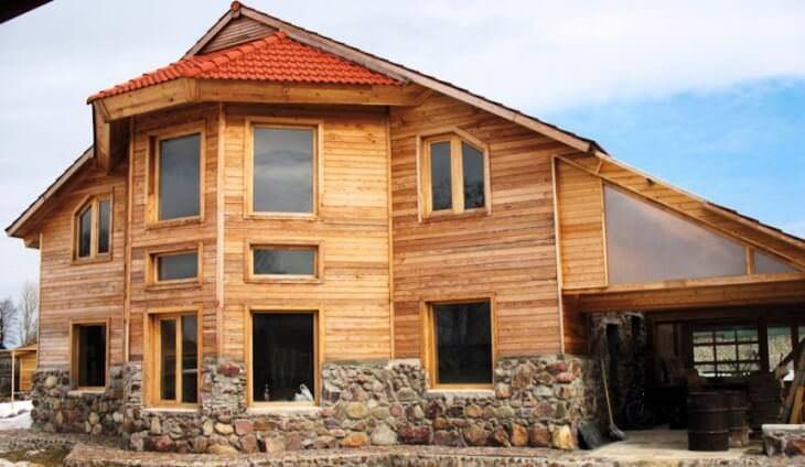 Неповторимый дизайнерский вид придают зданиям фасады из дерева различных пород