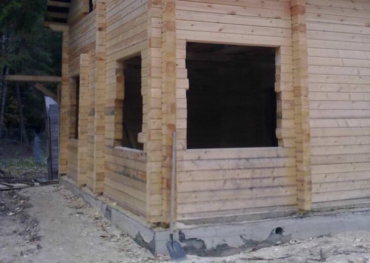 Оконный проем в кирпичной и деревянной стене
