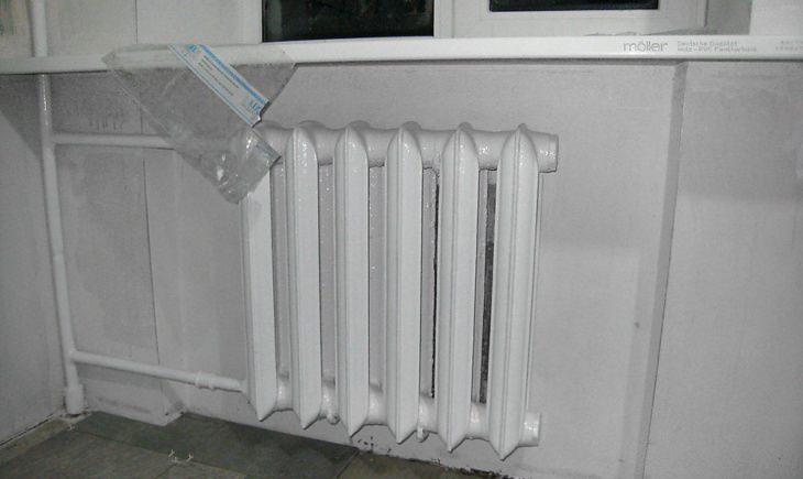 Особенности краски для радиаторов отопления без запаха. Как выбрать и нанести на трубы