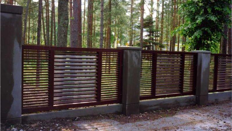 Особенности установки деревянного забора для дачи своими руками