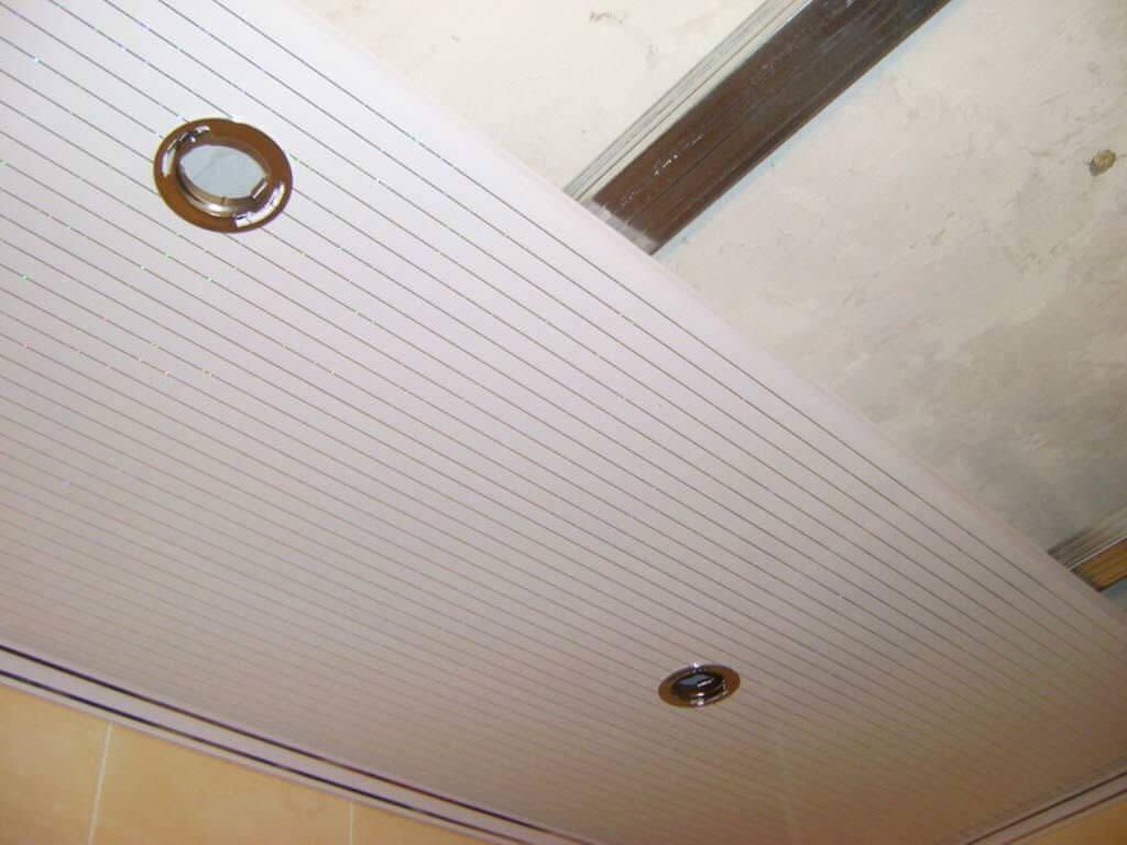 Панели для потолка в комнате: дешево и красиво