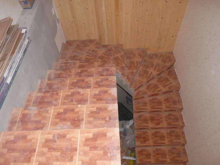 Плитка для ступеней в доме практичная и красивая