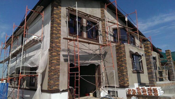 Придаем фасаду дома естественности с помощью мраморной крошки