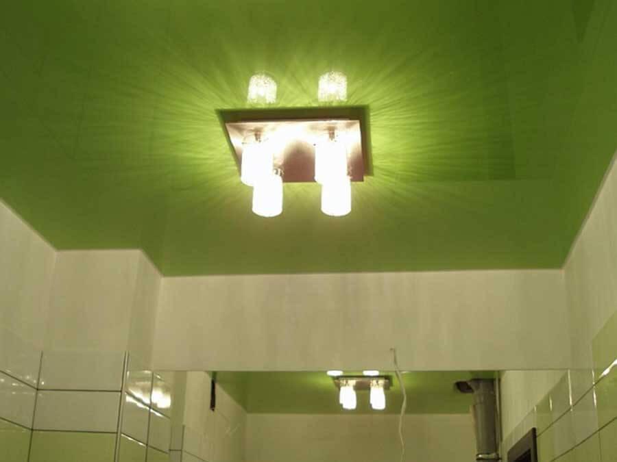 Разнообразие материалов для потолка в ванную комнату