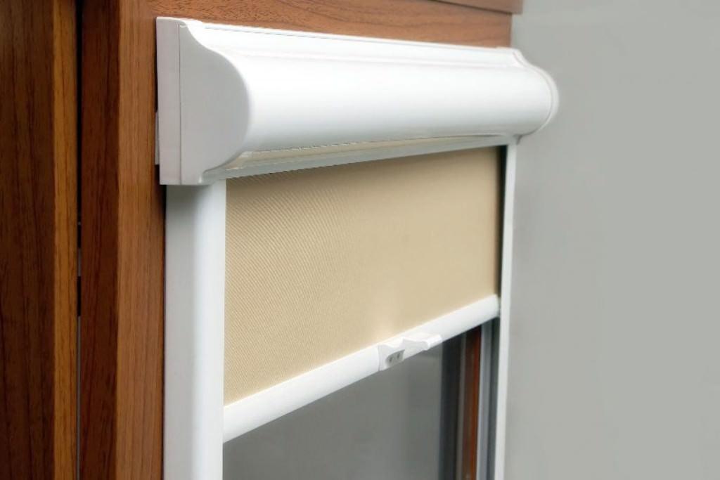 Рулонные шторы на пластиковые окна без сверления – основные советы