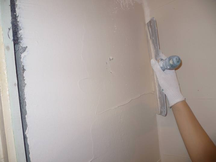 Шпаклюем стены под обои самостоятельно