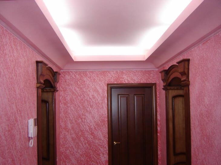 Сочетание практичности и привлекательности стен в прихожей