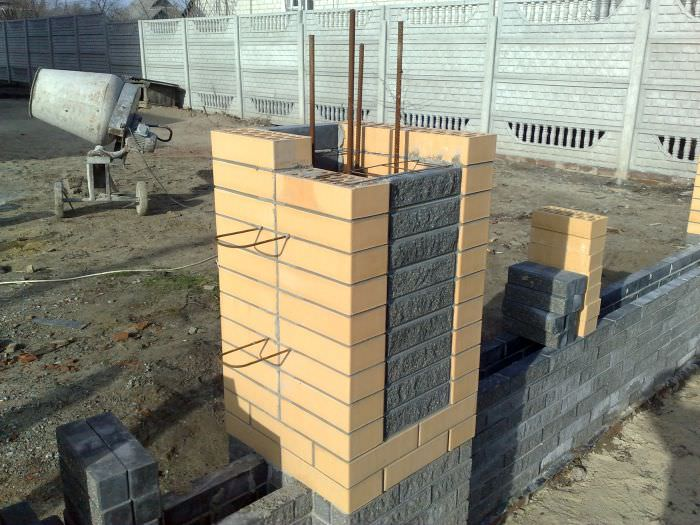 Строительство забора из профнастила с кирпичными столбами