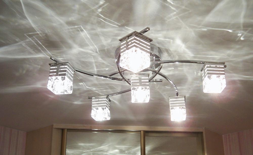 Техника монтажа люстры на натяжной потолок