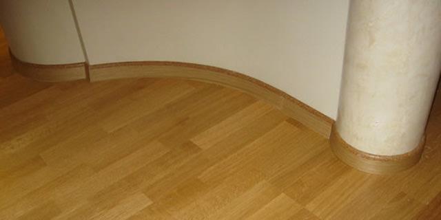 Устанавливаем деревянный плинтус на пол