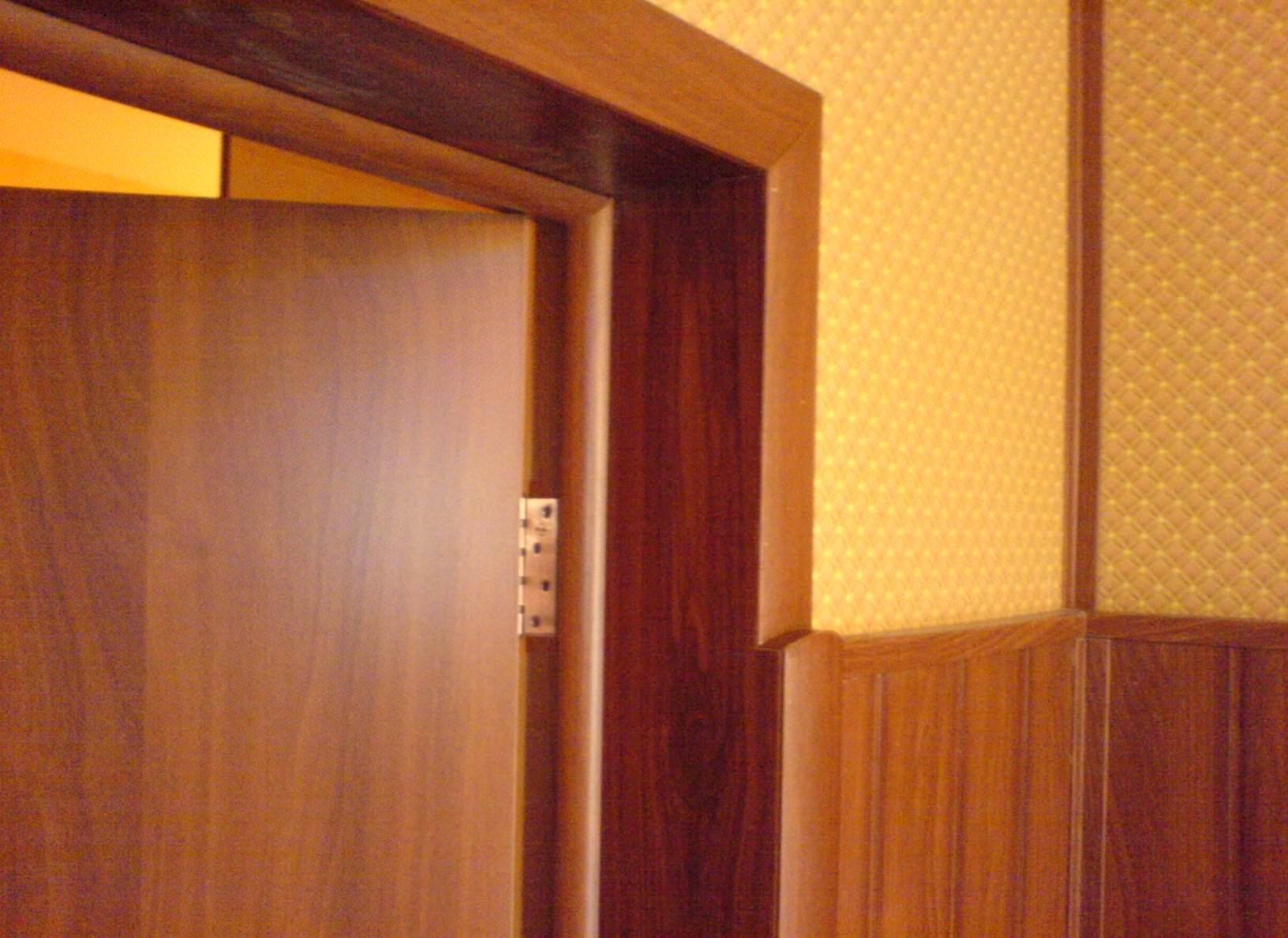 Устанавливаем добор на межкомнатную дверь