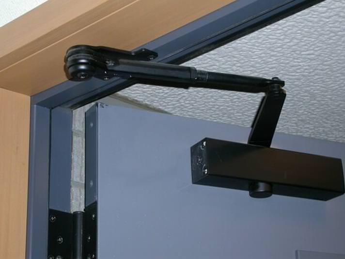 Устанавливаем доводчик на металлическую дверь своими руками