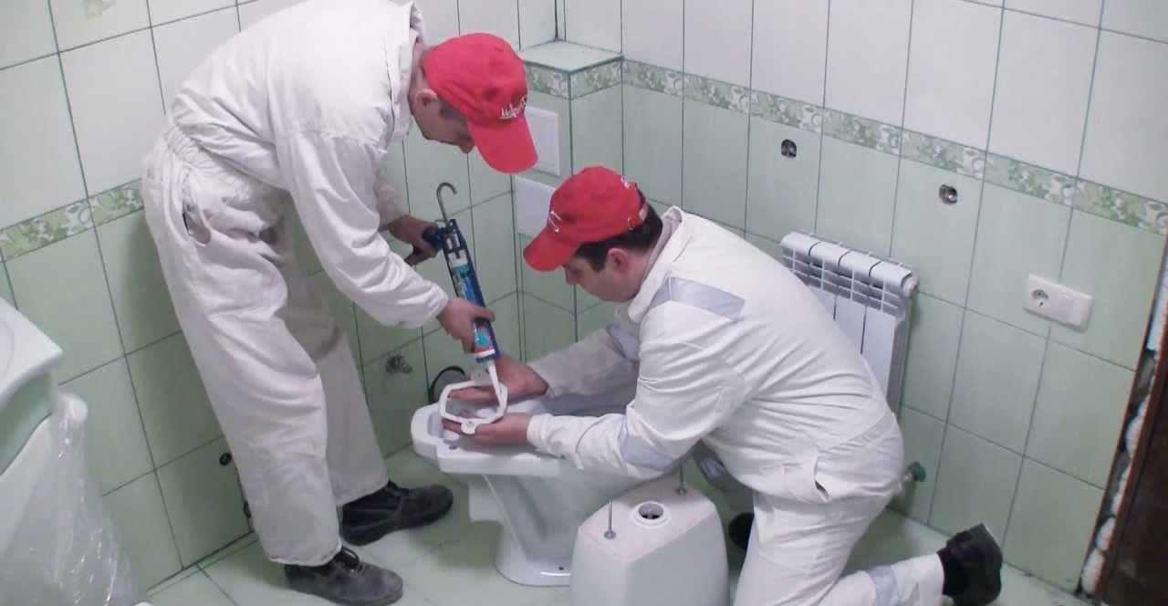 Устанавливаем унитаз на кафельную плитку в туалете