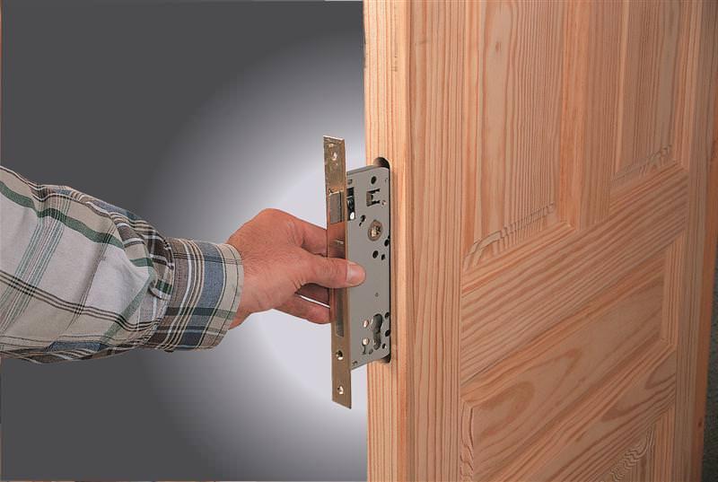 Установка замка в металлическую и межкомнатную дверь