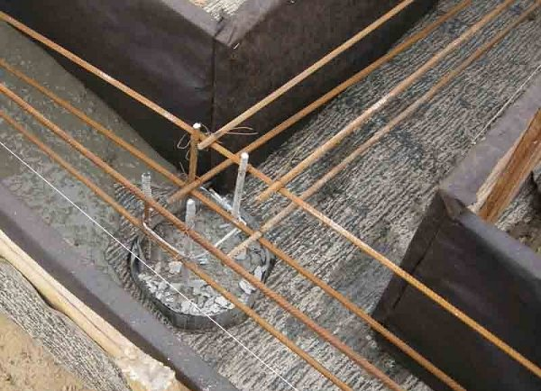 Виды и монтаж фундамента для забора с кирпичными столбами