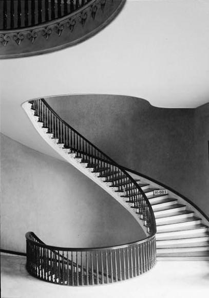 Винтовая лестница: когда появилась, как ее делают и не опасна ли она?