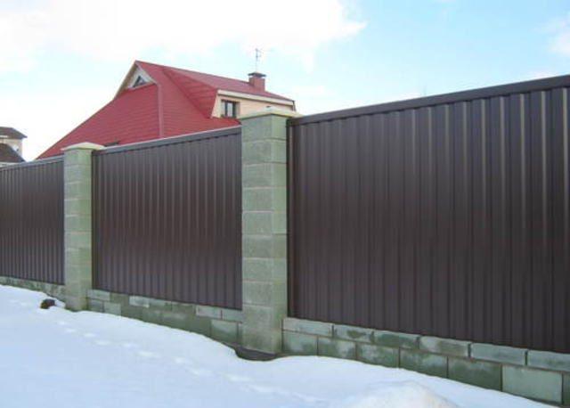 Забор из бессер-блоков: преимущества и монтаж