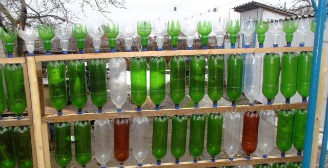 Забор из пластиковых бутылок: преимущества, виды и установка