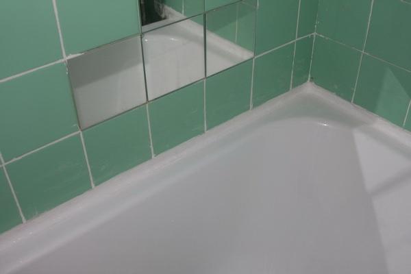 Заделка стыка между ванной и стеной
